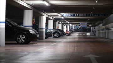 Coches aparcados en un párking