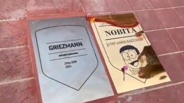 La placa de Josep María Bartomeu 'Nobita', junto a Griezmann