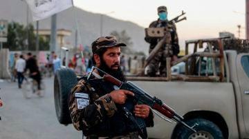 Los talibanes montan guardia cerca del lugar de la explosión de una bomba en Kabul, Afganistán.