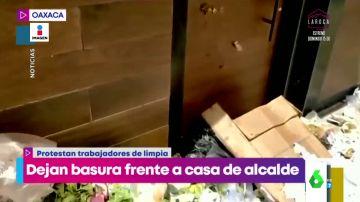La venganza del personal de limpieza de un pueblo contra su alcalde: le restriegan basura en la puerta