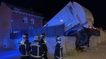 Un camión de la basura se estrella contra una vivienda en Parla (Madrid)