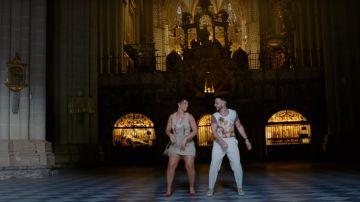Nathy Peluso y C.Tangana bailando durante el videoclip de 'Ateo' en la catedral de Toledo