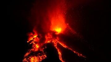 El volcán de La Palma mantiene su actividad en plena noche