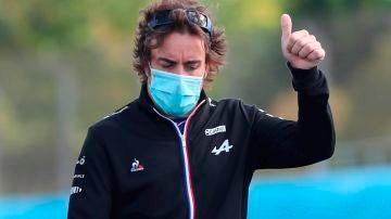 Fernando Alonso hace un gesto de aprobación