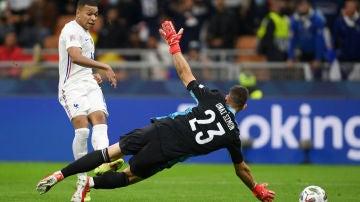 Mbappé bate a Unai Simón