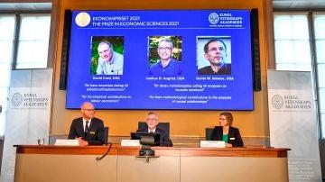 Miembros de la Real Academia Sueca de Ciencias, anuncian el Premio Sveriges Riksbank de Ciencias Económicas en memoria de Alfred Nobel