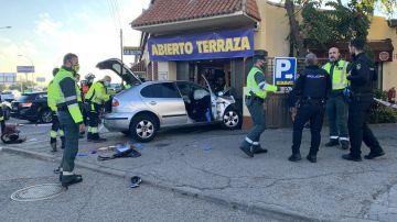 Un vehículo choca contra un restaurante en la A-2, a su paso por el barrio madrileño de Las Rejas, durante una persecución
