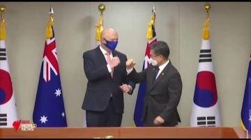 La torpeza del ministro de Defensa de Australia para saludar con el codo
