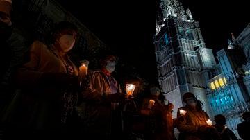 Un grupo de feligreses reza frente a la Catedral Primada de Toledo