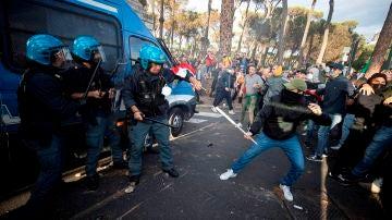 Enfrentamientos con la policía de militantes del movimiento neofascista Forza Nuova.