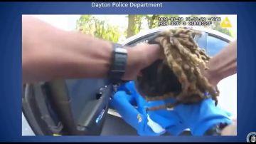 Policías sacan a un hombre de su coche cogido por los pelos después de que les avisase que era parapléjico