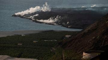 La fajana que se formó tras la caída de lava en el mar