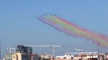Estela de la bandera de España dibujada por la Patrulla Águila