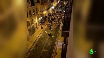 Vandalismo, cargas policiales y 18 detenidos durante un macrobotellón en Zaragoza