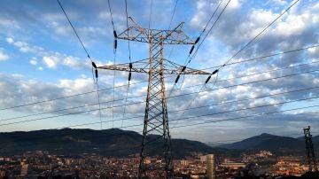 Una torre de transporte de energía perteneciente a red eléctrica, con la ciudad de Bilbao al fondo, en una fotografía de archivo