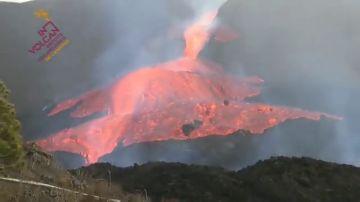 La colada principal del volcán de La Palma se desborda y obliga a nuevas evacuaciones