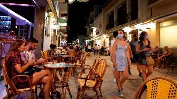 Imagen de jóvenes en una calle de Sitges