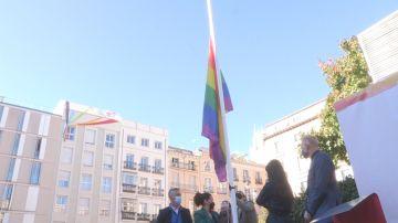 Izan una bandera LGTBI permanente en Madrid en un acto sin el PP