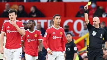 Cristiano ve la tarjeta amarilla ante el Liverpool