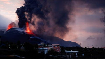 El volcán de La Palma visto desde la distancia