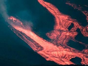 Se abren nuevas bocas en el volcán de La Palma, que sufre un nuevo desbordamiento de lava