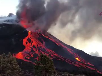 Vídeo   El momento en el que el cono del volcán de La Palma se rompe y la lava se desborda