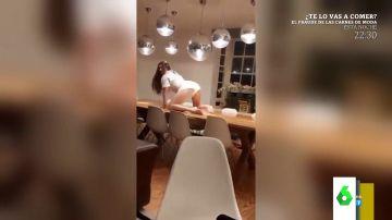 El baile sensual de una joven encima de una mesa que acaba en un cabezazo sin paliativos contra la lámpara