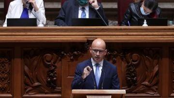 El ministro portugués de Finanzas, Joao Leao, interviene en el debate de presupuestos que se celebra en el Parlamento luso